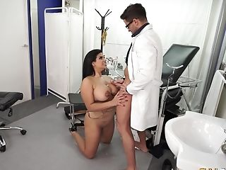 Chubby Latina Bombshell Pounded Xxx At The Medic's Office