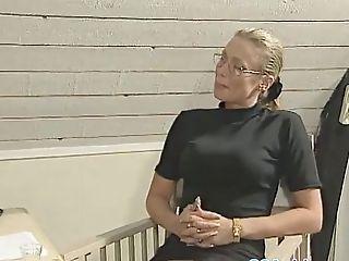 Eva Fucks Chief Efter Signering Kontrakt